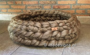 Poezenmand diameter 45cm ItteDesigns.nl merino wol terre verte